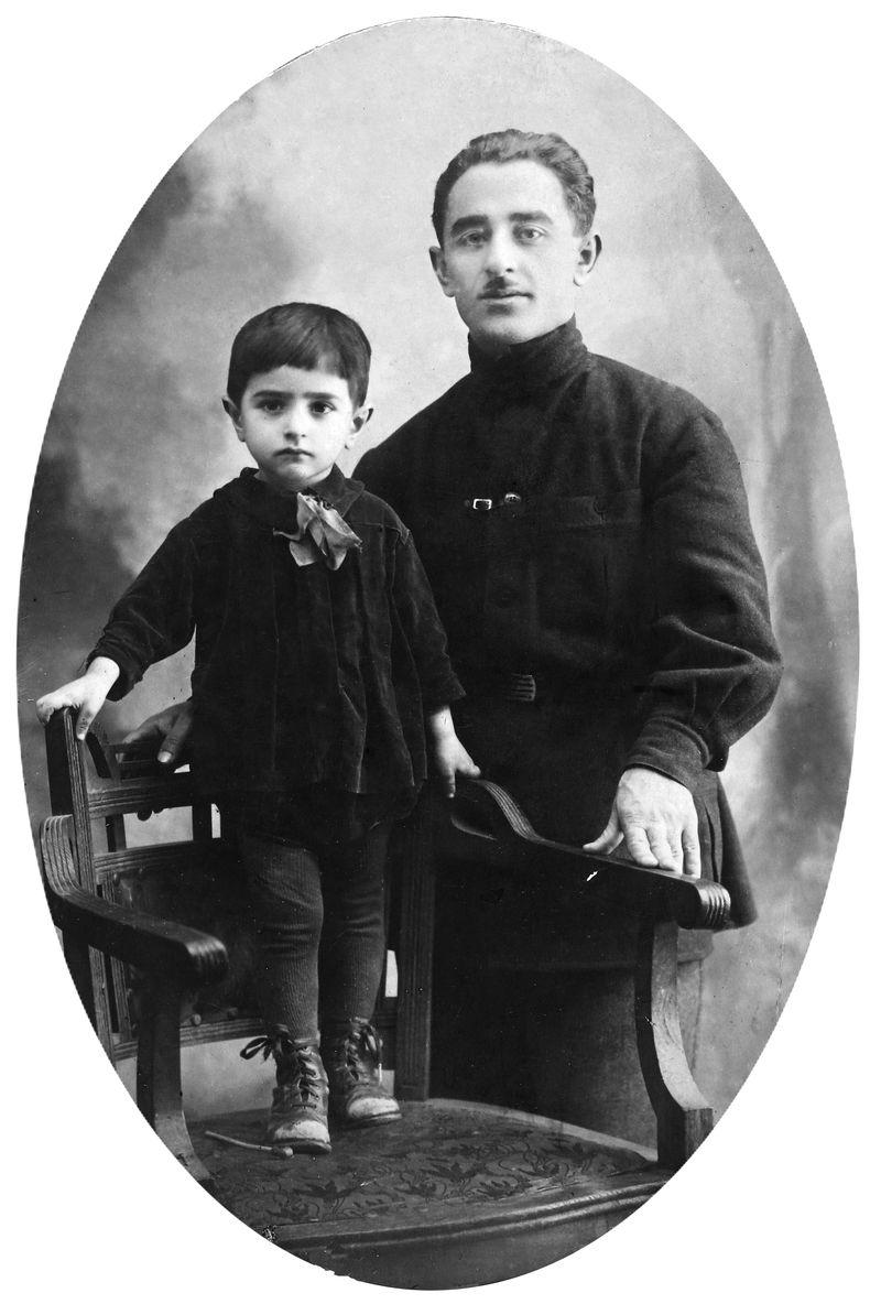 დიმიტრი ხახუტაშვილი მამასთან ერთად